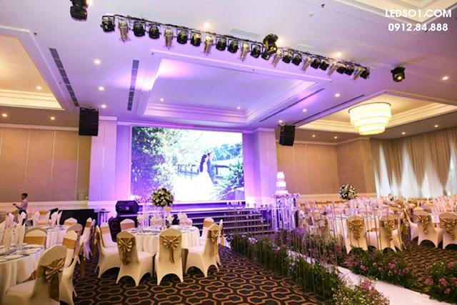 Tạo điểm nhấn cho sân khấu với mẫu đèn trang trí sâu khấu tiệc cưới đẹp 4