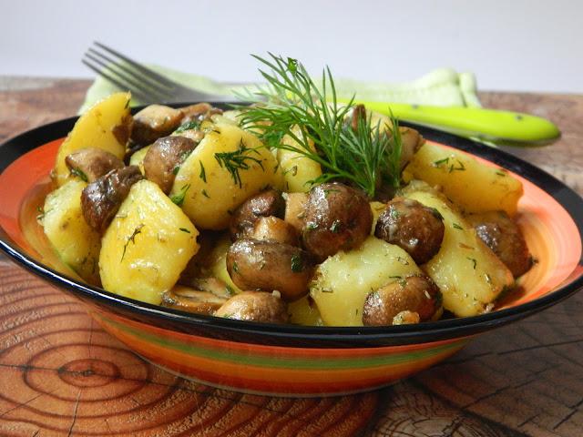 Cartofi noi la tigaie cu ciuperci si marar