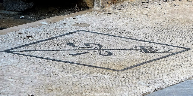 mozaika z motywem trójzębu oplecionego wstęgą