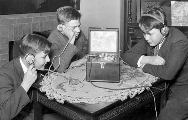 Primeiras transmissões de rádio via ondas eletromagnéticas