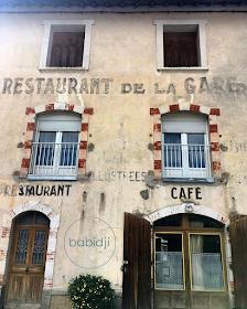 vielle bâtisse avec anciennes inscriptions du restaurant de la gare à Axat