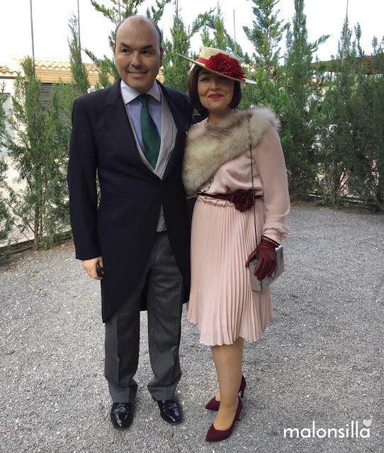Susana, look de invitada en color nude y marsala, con guantes, canotier de ala ancha MUNICH by malonsilla