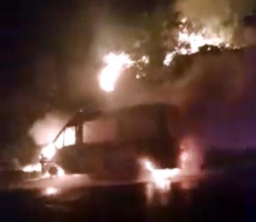 Van que transportava universitários para Campo Mourão pega fogo na BR-272
