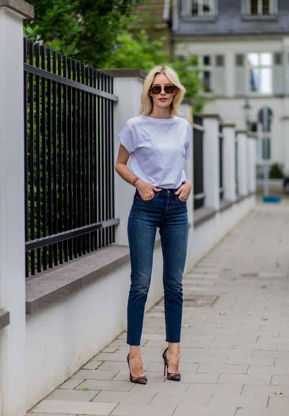 Calça jeans skinny e t-shirt lisa branca