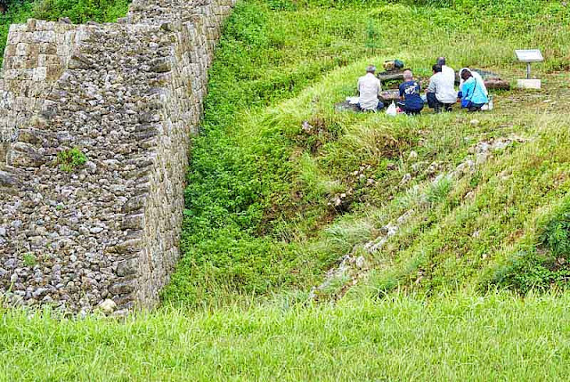 group, prayer,picnic,well,castle