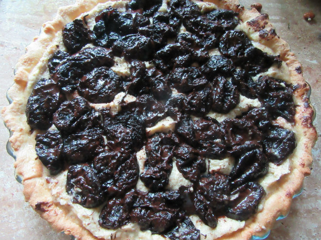 Prune, chocolate and almond tart by Laka kuharica: scatter around the prunes, pressing down lightly.