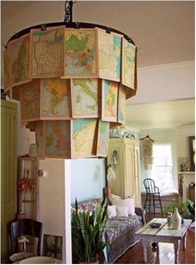 Atau gunakan kertas-kertas atlas untuk membuat lampu gantung hias seperti di bawah ini. Lampu peta ini lebih menarik dari lentera kertas biasa.