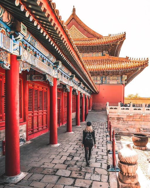 Nơi đây có tổng diện tích lên đến hơn 70ha bao gồm 980 tòa nhà và được bao bọc bởi bức tường cao 7,9m, dày 6m xung quanh. UNESCO đã xếp Cố Cung vào loại quần thể cổ bằng gỗ lớn nhất thế giới và được công nhận là Di sản thế giới tại Trung Quốc vào năm 1987. Trong phim hoạt hình Mulan (Hoa Mộc Lan) của Disney, cung điện của hoàng đế sinh sống chính là khung cảnh ngoài đời thực của Tử Cấm Thành.