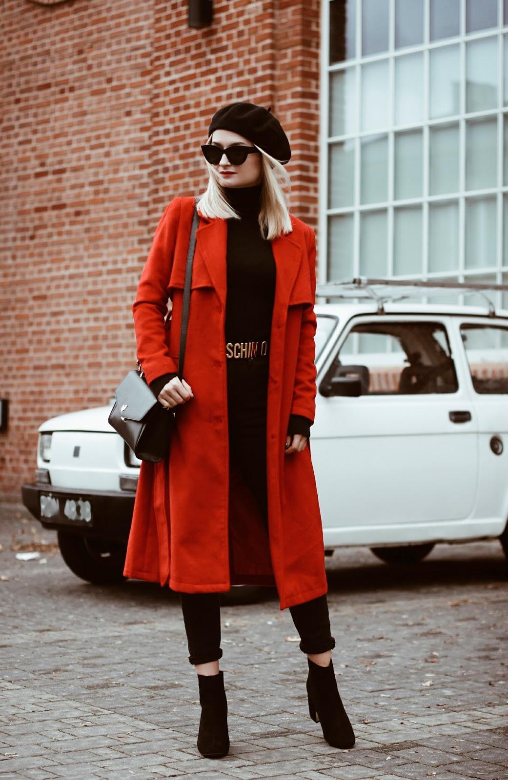 Klasyczny czerwony płaszcz i czarny beret