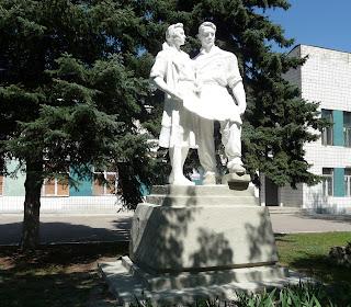 Дружківка. Вул. Соборна. Скульптура біля Будинку культури машинобудівного заводу