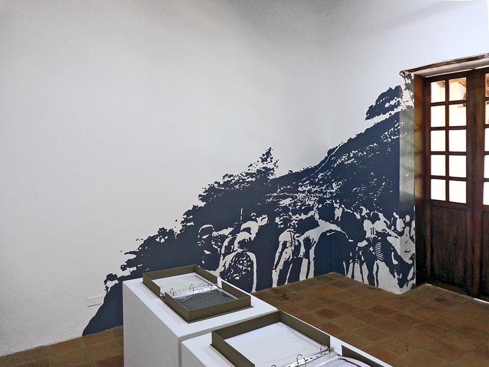 mural en la exposición caracas intervenida con personas caminando