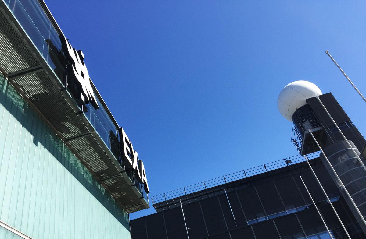 Sininen taivas Kumpulan kampuksella.