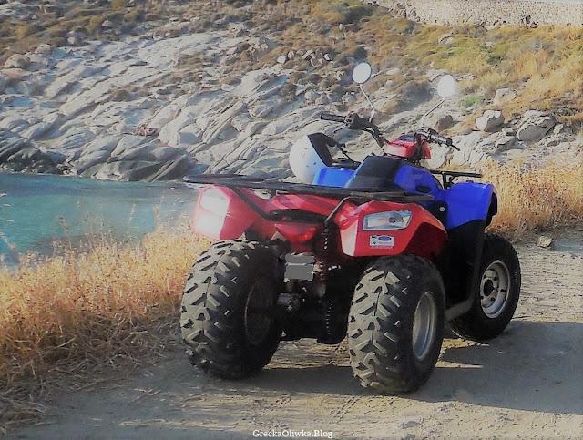nad morzem zaparkowany quad, pojazd czterokołowy Mykonos Grecja