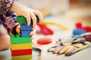 Kinder lernen im Spiel. Je freier Kinder spielen können, desto mehr eigenen Ideen können sie umsetzten und so Neues lernen.