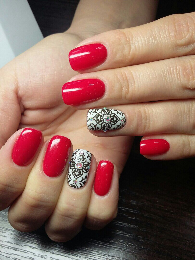 Красный маникюр с черным безымянным пальцем