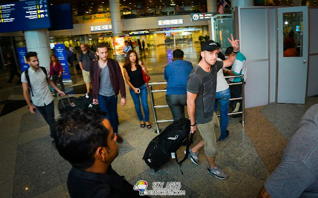 Ryan Tedder of OneRepublic showing a peace sign to all Malaysian fans!!