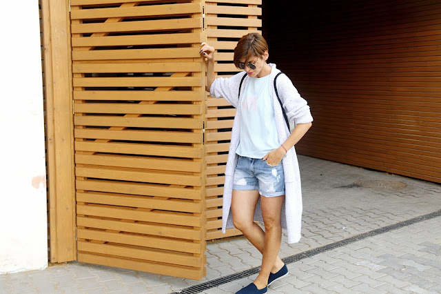 długi sweter, plecak, novamoda style, novamoda stylizacje, stylistka, stylistka poznan, wakacyjny styl