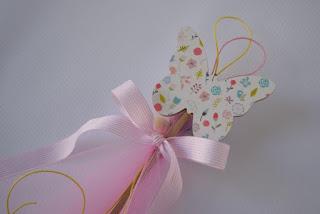 διακόσμηση βάπτισης με ξύλινες πεταλούδες σε στικ και λουλουδάκια για κοριτσάκι