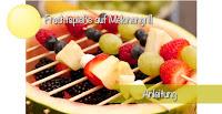 Leckere Grillalternative: Fruchtspieße. Der Grill ist aus einer Melone gemacht