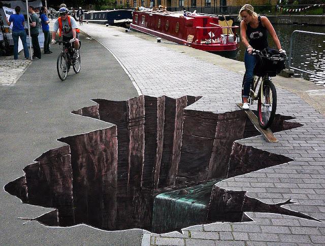 Çukurun kenarından geçen bisikletli kız kaldırım resmi, ortada kuyu var yandan geç