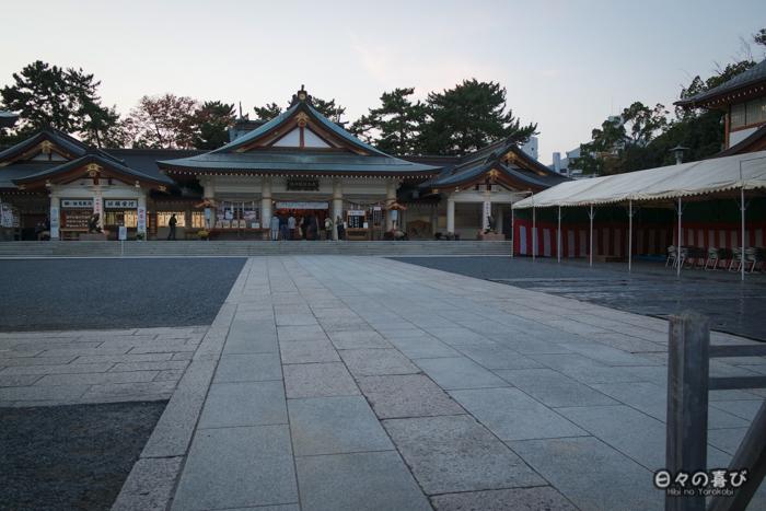 Vue d'ensemble sur Gokoku-jinja au crépuscule, château d'Hiroshima, Hiroshima-shi