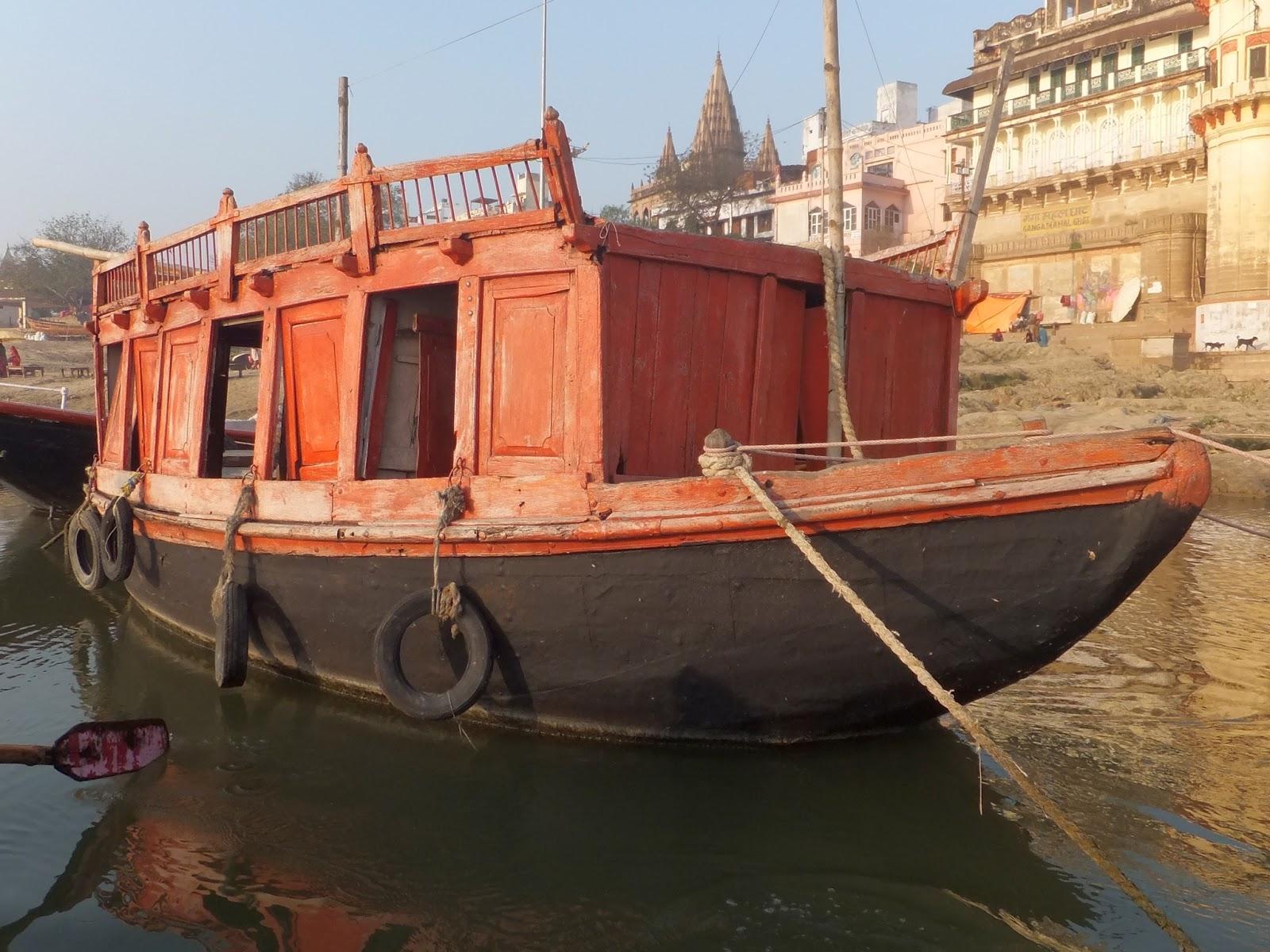 старая разваливающаяся лодка
