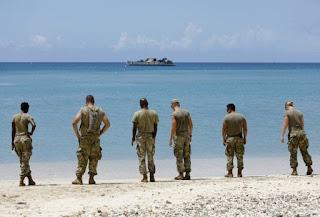 Soldados de la 602 Compañía de Soporte Medico esperan un barco para evacuar la isla de St. Thomas, en las Islas Vírgenes Estadounidenses (REUTERS)