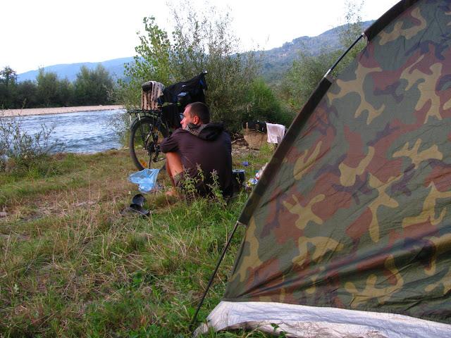 палатка у горной реки