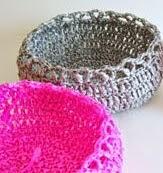 http://chabepatterns.com/free-patterns-patrones-gratis/home-hogar/wraphia-baskets-canastas-de-rafia/