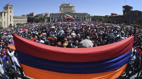 Пашинян програв - вірменський парламент провалив голосування за прем'єра. На вулицях - десятки тисяч мітингарів