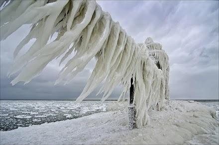Οι διάσημοι παγωμένοι φάροι της λίμνης Μίσιγκαν