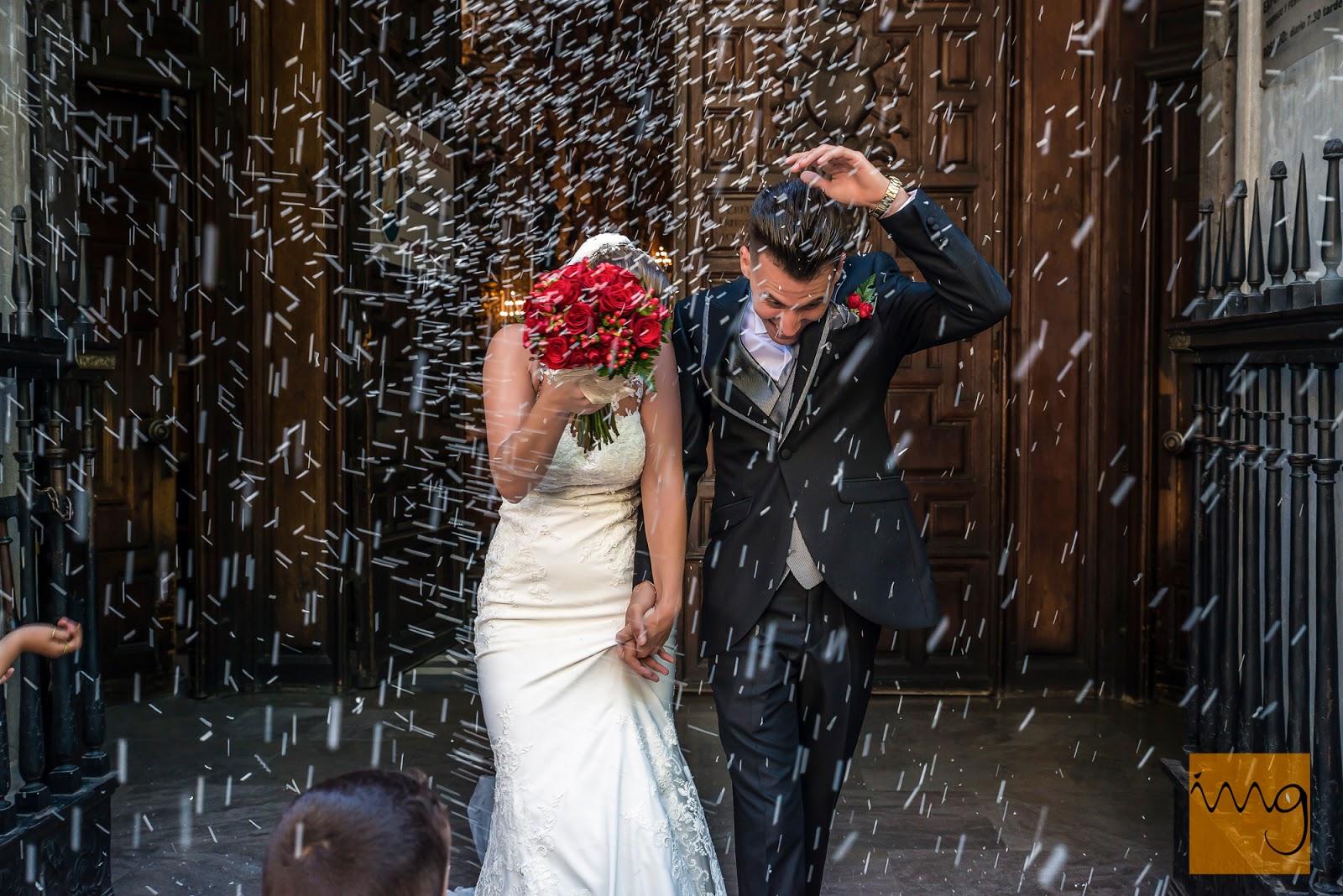 Fotografía de los novios con la lluvia de arroz el día de su boda.