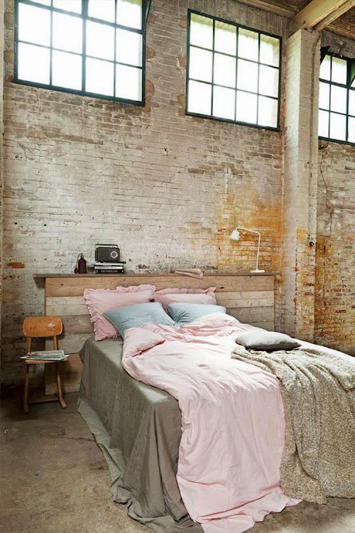Pared de ladrillos expuestos en el dormitorio