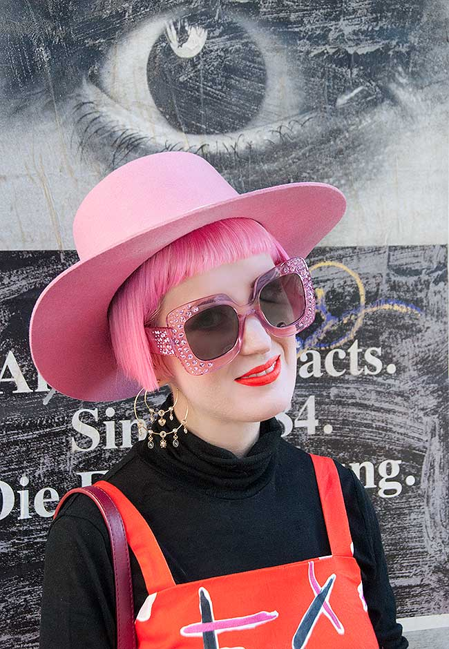 Sara is in Love with… blogger influencer Switzerland Devoi red dress pink hat mama Tierra flamingo handbag vintage retro look outfit inspiration turtleneck