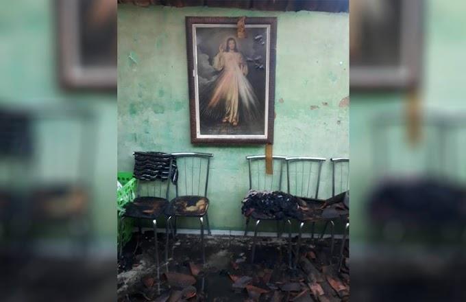 CASO SURPREENDENTE: Quadro com imagem de Jesus Cristo fica intacto após incêndio destruir casa em Canindé