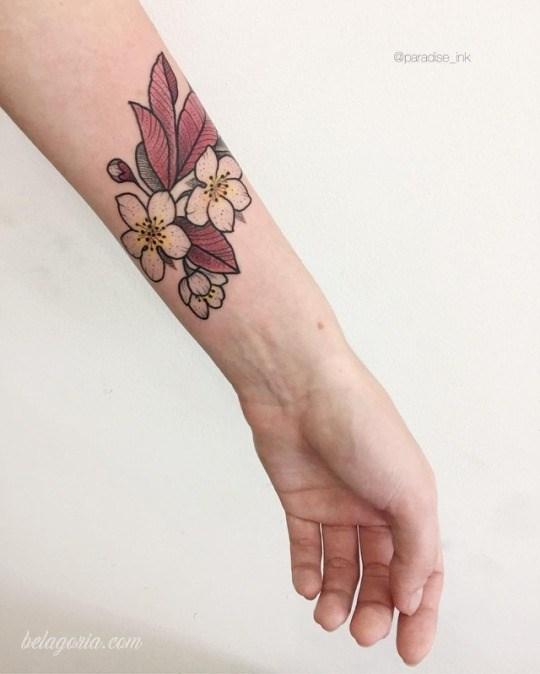 vemos una modelo posando con tatuaje sexy en la muñeca