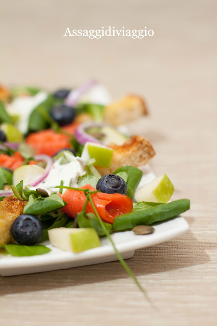 Nordic Cesar Salad con salmone, cipolle di Tropea, mirtilli e mele