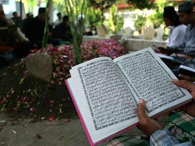 Hukum Menyewa Orang Baca Al-Qur'an di Kuburan
