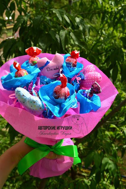 букет из цветов и конфет, букет из конфет, Букет из конфет и цветов в розово-голубых тонах
