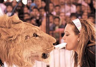 المرأة والأسد Women and lion