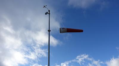Windsack und Wetterstation auf der Röti