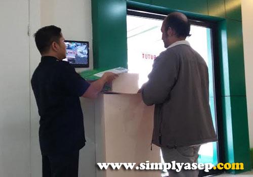 VERIFIKASI:  Bagian Receptionist memeriksa setiap berkas/ map yang akan diajukan.  Jika sudah lengkap anda akan diberi formulir Kartu Kendali untuk diisi ditempat dan sebuah Map Hijau berkop BPJS gratis.  Foto Asep Haryono
