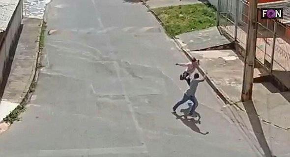 Diancam Pistol, Wanita Ini Keluarkan Tendangan Maut Kepada Pelaku!