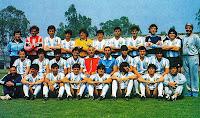 SELECCIÓN DE ARGENTINA - Temporada 1985-86 - Pachamé (técnico alterno), Islas, Valdano, Giusti, Zelada, Clausen, Brown, Ruggeri, Pumpido, Maradona y Madero (médico); Bochini, Tapia, H. Enrique, Pasculli, Echevarría (presidente), Bilardo (seleccionador), Borghi, Cuciuffo y Trobbiani; Benrós (utillero), Passarella, Olarticoechea, Garré, Almirón, Batista, Burruchaga y Molina (masajista) - Plantilla de la Selección Argentina que ganó el Mundial de México 1986, posando antes de empezar el Campeonato