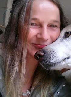 Shola Feldkamp mit Hund Fino