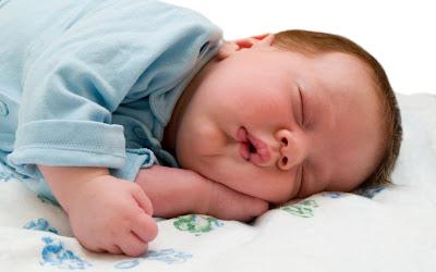 Gambar-bayi-tidur-miring-bertumpu-pada-tangan-kirinya