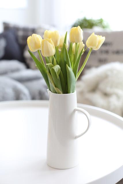 #tulppaanitorstai, tulips, stillife