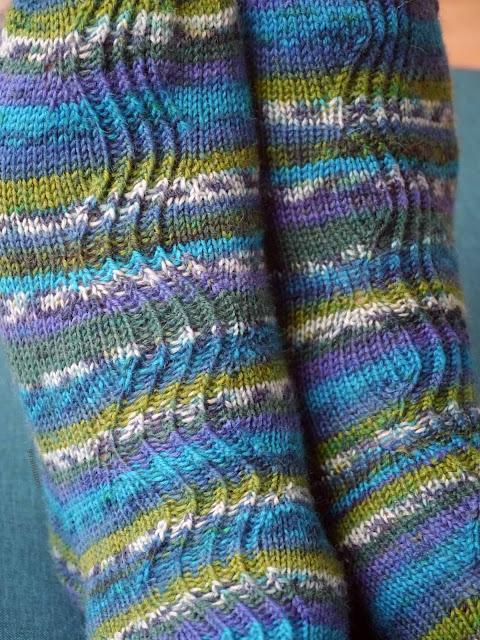 zoom motif vague chaussettes en tricot