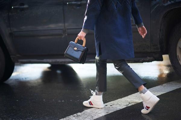 3 cách mix giúp quý cô tận dụng dễ dàng high top sneaker hầm h2ố