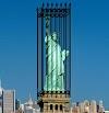 Ponen entre rejas a la estatua de la libertad